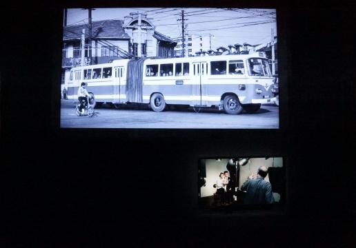 一张老上海的老电车,车轮不停的向后转着。