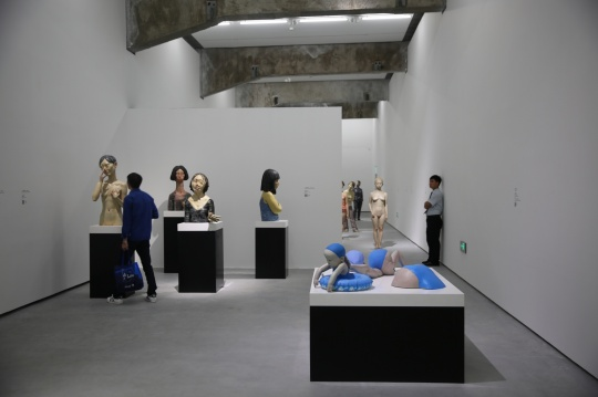 第二层空间可以看作是展览的开始,这里陈列了向京各个时期的重要作品