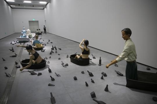 一楼展厅则陈列的都是向京最新的作品