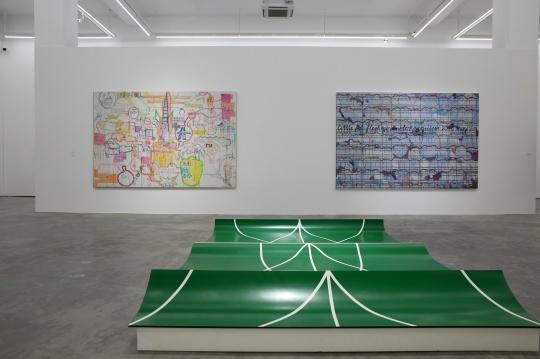 吴山专的三件作品 两幅绘画分别是左侧的《今天下午停水第十五章,大草图》和右侧的《小肥姘周线安魂曲》,地上的是吴山专与英格的作品《场基底》