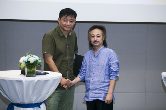 """战略签约环节艺厘米与爱涛文化针对非遗文创项目""""拾遗""""的战略签约"""