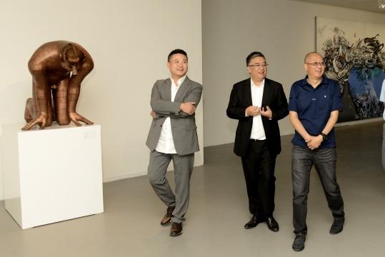 艺网创始人朱彤向嘉宾介绍同步展览