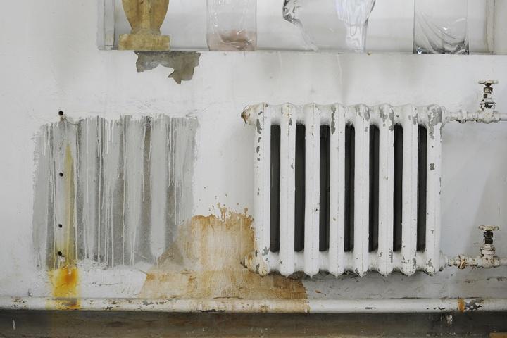 被摘掉的暖气片与仍然存留的暖气片,显示出每个冬天工作室内的寒冷