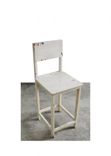 这个木头凳子已经用了几乎20年,从上一个工作室搬运到现在的工作室,画画的时候,我会把一些颜料和调色盘放在上面