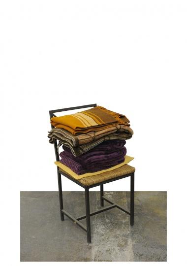 画室冬天很冷,这堆放在椅子上的毛毯和电热毯夏天会存在这里,冬天就放在椅子上、沙发上保暖