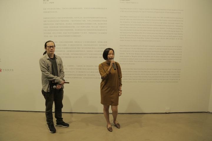 左起艺术家张锰,策展人卢迎华