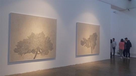 展览现场,谭军的《半天堂》系列作品