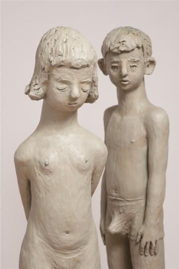 颜石林的作品《少女》(左)、《青春期》(右)可以明显看到他为了快速捕捉心里的感受而在雕塑表面留下挤压、抓捏的指印,在这个过程里颜石林两只手的肌腱都曾受伤。
