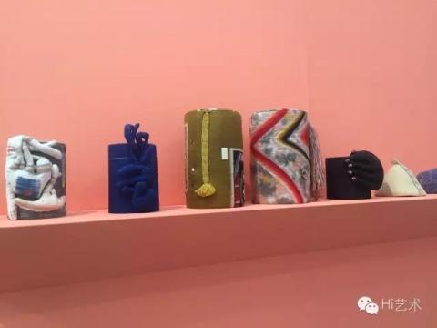 伦敦的KATE MACGARY从来走的都是古灵精乖的路线,去年他们带了跳跳糖一样嬉皮的 PETER MADONALDS。今年则带了一系列缝缝补补的小手工和古拙可爱的的陶陶罐罐,布置如邻家客厅,散发着温暖的女性主义和部落艺术的气息,各大媒体都将他们评为此届弗里兹必去展位之一