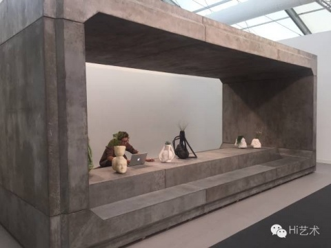 慕尼黑的RUDIGER SCHOTTLE展览风格一贯干净利落,今年搬来了巨大的工业水泥墙框,德国样式的严肃点缀着滑稽的陶瓷花盆,既吸引眼球,又展示了作品,还能用于办公,一举三得
