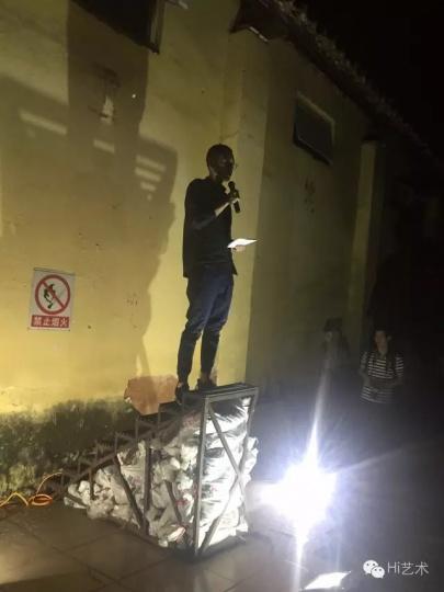 夜间位于道滘粮仓的光影展,以建筑立面投影展出了多位新媒体艺术家的影像作品。空置的粮仓变成了当代艺术的现场,被重新赋予活力