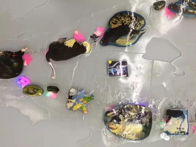 艺术家张晓根据东莞本地的动物园、游乐场创作的《乐园》