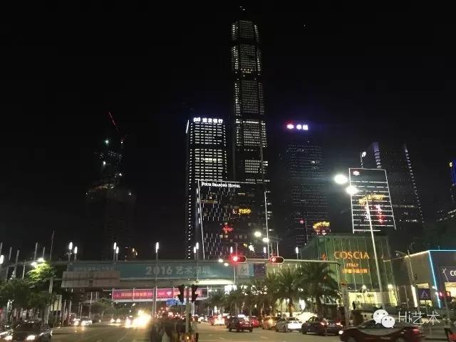 """第四届深圳""""在深圳会展中心举办,这里拥有五光十色、车水马龙的繁华夜景"""