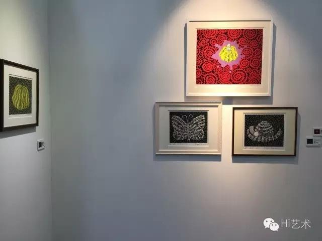 """深圳本土画廊竹空间带去的草间弥生的版画作品则无人下手,对此画廊的工作人员也有颇多无奈:""""现在还是有很多人觉得版画是打印的,是复制品,这也是阻碍作品出售的原因吧。"""""""