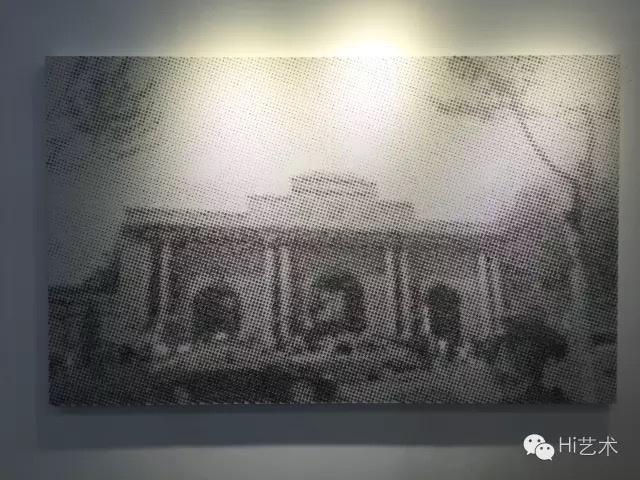"""唐人当代艺术中心本次的展位并不佳,位于展厅最右侧的尽头,这也或多或少会影响到曝光率和成交。唐人带去的作品价位在8万至30多万,其中广东本土艺术家、""""大尾象""""成员之一的陈劭雄,其作品《集体记忆——南京总统府》标价32万,是唐人此行带去的最贵的作品。虽然得到了众多人询价,但是依然还未成交。综上,这也影响明年是否继续参展"""