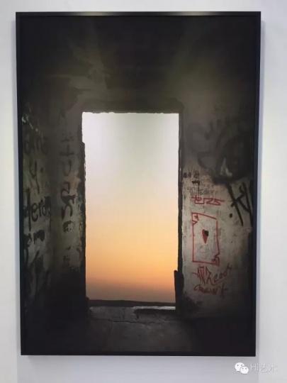 常青画廊目前唯一一件被预定的作品是乔瓦尼·欧祖拉的《悲怆的风景》,售价十几万人民币,是常青带去的最便宜的一件。目前该件作品尚在商谈中,交易还未完全落地