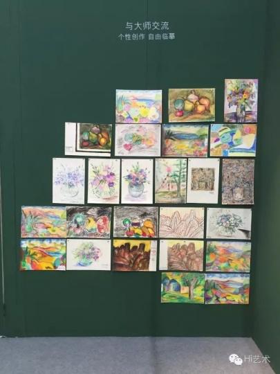 海莱的展位上还设置了速写区,为观众提供纸本颜料,目的是打破人们对颜料、作品价值认知的偏见。此举吸引了不少小朋友和年轻艺术家在孔柏基的作品前临摹、创作