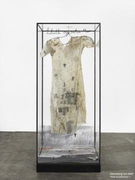 《莉莉丝在红海》 115×101×228cm 纺织材料、土、钢框架 1990
