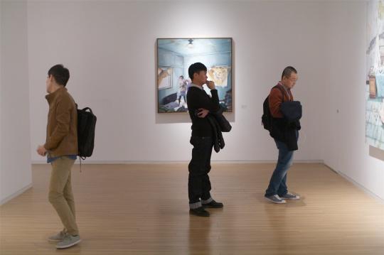 展览现场驻足的观众