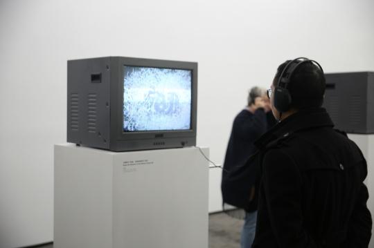 外面的一间展示了他电视装置影像作品
