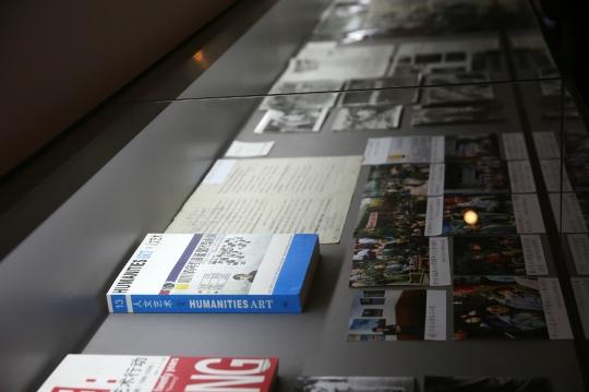 很多珍贵的文献资料被呈现在展柜中