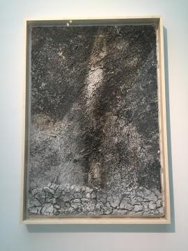 《星空陨落》 280×90cm 亚克力,土,未加工钻石,不同材料 1995 - 1999(MAP收藏)