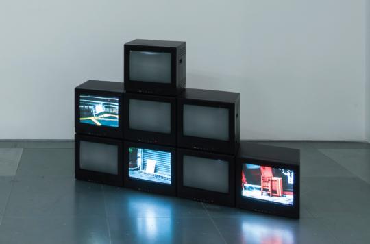 高倩彤(香港)《稳定的地面》  高清录像(无声)、CRT显示器  尺寸不定  2015