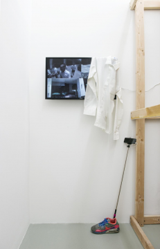 刘野夫《浮点》 单频高清录像装置,运动鞋,自拍杆,白色衬衫 彩色有声 尺寸可变 9分24秒 2015