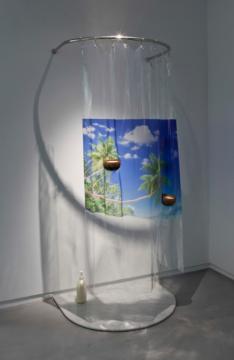 罗智信(台湾)《(你)闻起来像海》 90x90x220cm 浴帘、不锈钢杆、UV印刷、椰⼦子壳、蜡、566洗发精 2014
