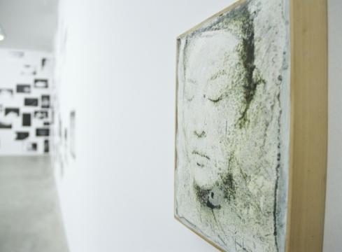 展览中呈现的是艺术家贯穿始终对人跟物的关注