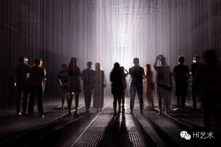 """2015年9月大型互动艺术装置作品 """"雨屋""""登陆余德耀美术馆,观众可以尽情享受雨中漫步的浪漫,却又不会被淋湿"""