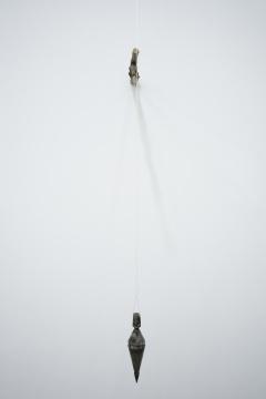 廖斐 《与墙体共同指向地心》尺寸可变 综合材料 2016    李昶的《池》系列中,背景的荒原是艺术家拍摄于旅途中的无名之地,池塘则是意想的叠加,其实并不存在于真实的场景中,象征着重复和变化之间的预判和等待;白清文的《我走以后》改编自海明威的小说作品《乞力马扎罗》;艺术家将原作中两个人聊天的场景置于一个雪绿色空间中,以男人去世后去往的山顶为纽带,将文本之后的这个学绿空间与文本中的帐篷空间联系起来,形成对话,重新思考爱情、记忆、死亡。