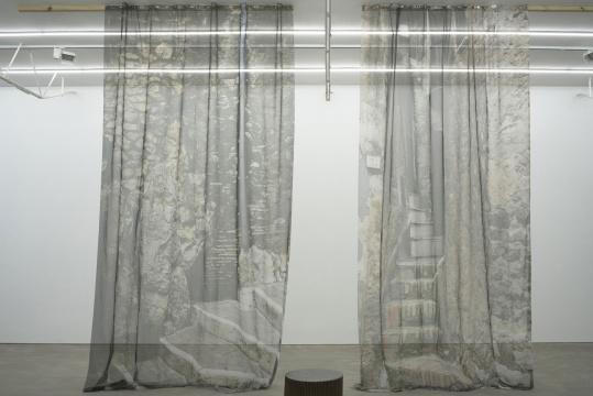 Antonia Low 《奥莱瓦诺罗马诺小镇》450×280cm 丝绸打印 2016