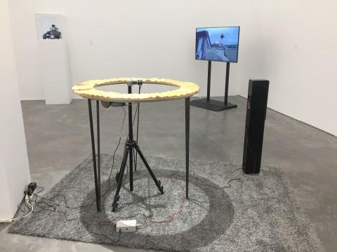 近处:冯晨 《W》 108×120×108cm 木质电器、音响、电机、机械部分 2015  远处:冯晨 《独眼》 11分28秒 单频高清录像、彩色、有声 2013-2014