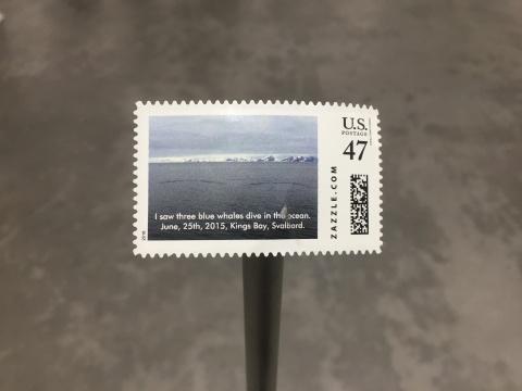 施昀佑 《《海豹脫下外衣的日子:我看见三只蓝鲸潜入海中, 2015年六月二十五日,斯瓦堡德,国王湾》4.2×3.4cm美国邮政总局定制邮票,一等加急,47美分 2016