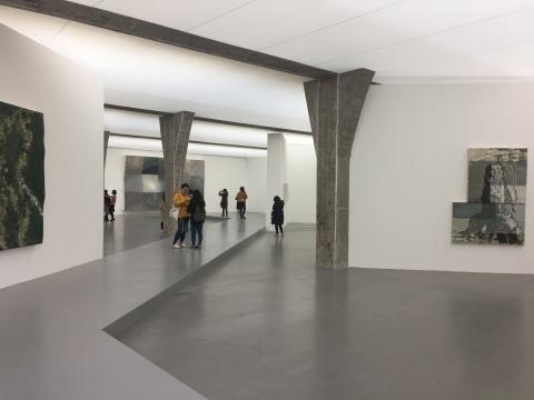 展览现场特地搭建了一条过道,贯穿着整个展览