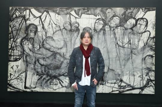 艺术家杨福东先生与其布上水墨作品