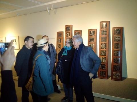 展览现场,策展人陈航峰(左一)、刘太格(右一)
