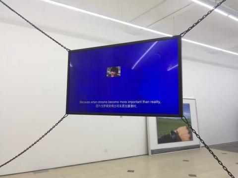 展览中厅,以一面显示屏幕和一个悬挂声控共同呈现的《Like Me》。《比如我》2016 表演视频 6分12秒