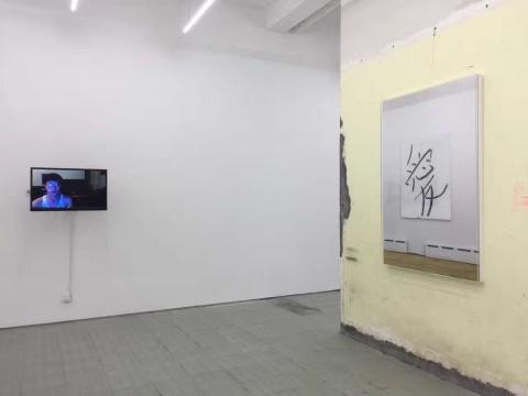 右:《爱》2012 收藏级喷墨打印 150 x 100 cm    左:《 快速移动-01》2016 表演视频 2分42秒 循环
