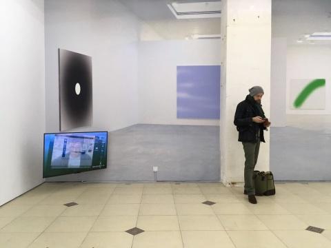 展厅入口左侧,艺术家以一整面墙等比的高宽展出了作品《Bigger Bigger Bigger》。    《Bigger Bigger Bigger 》2012收藏级喷墨打印尺寸可变