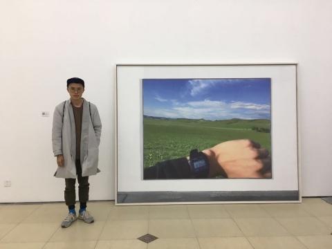 艺术家林科站在作品《什么时间》旁边  图片由Bank提供