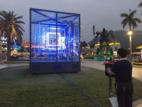 郑达的《机器的自在之语》受到来往游客的互动