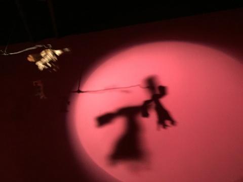 张徐展 《纸人展——房间》 三频动画录像装置、定格动画纸扎偶、木板、报纸、灯光装置、机械小马达 2013-2015
