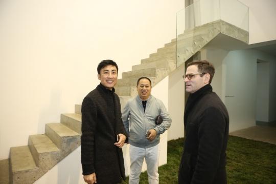 艺术家 蔡磊(左一)