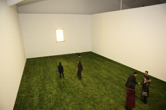 """把各种不同场景与时段下的经验在展览空间中重新""""剪辑""""——这正是用""""景别""""这个电影术语来题示这个展览的原因"""