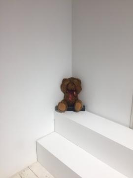 李振华的《纯真》,小熊玩具之下的蓝牙音箱播放着小学生的读书声和昂扬的音乐