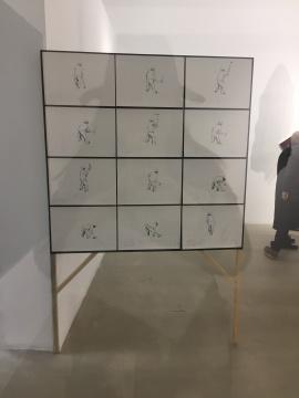 曾宏 《健壮的妇女》 32×42cm×12 纸上绘画、平面印刷、木头、木板、黑板漆、大头针 2016