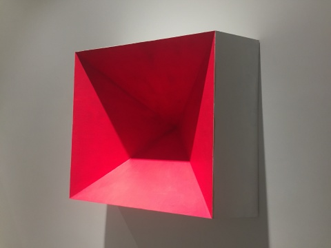 唐骁 《红色的切口》 100×100×54cm 松木、纤维板、亚麻布、丙烯 2016