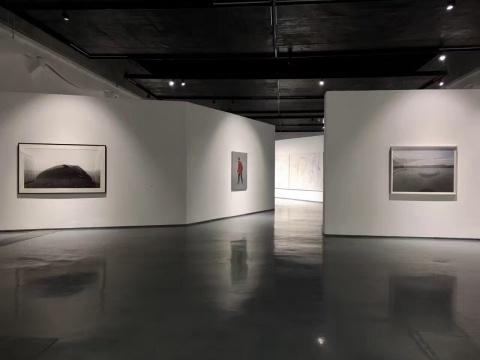 """特展以""""车马之行""""为题,喻指在艺术生态当中,作为一级市场的画廊与艺术家之间密切的互动关系"""